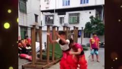 家庭幽默录像:我怀疑,舞狮的演员肯定会轻功