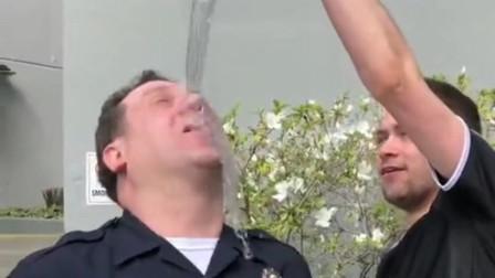国外小哥跟警察表演魔术,最后还敢恶搞警察,