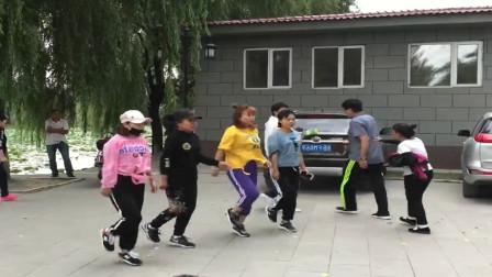 广场鬼步舞:美女在公园翩翩起舞,你觉得谁跳