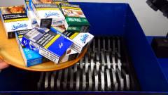 """恶搞实验:将收藏的""""国外香烟""""放入切割机,"""