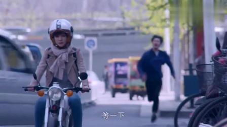 美女把小伙丢下一个人骑车走了,结果小伙被车