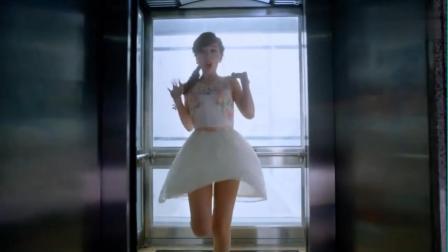 美女在电梯里跳舞,怎知电梯门突然打开,男子