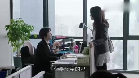 美女帮秘书涂口红,还把超贵的口红送给秘书了