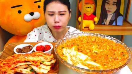 美食吃播韩国大胃王,美女试吃芝士拌饭,抹上