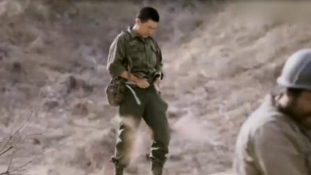 高地战:小伙撒尿被战友恶搞,跑出阵地提裤子