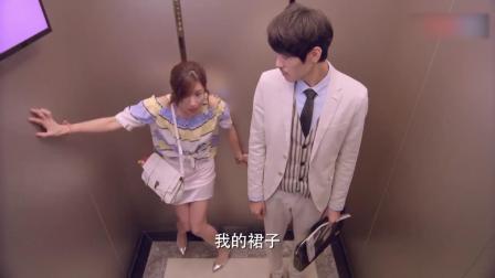 美女出门太着急,进电梯小伙提醒她没穿裙子,