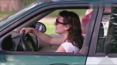国外恶搞:女司机在路边停车,倒车入库时被一