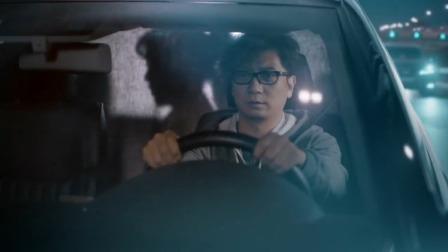 美女车上换衣服,司机隔着帘子咽口水,下秒看