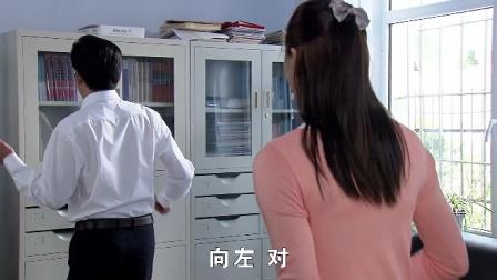 美女老师教校长跳舞,怎料下秒竟被校长妻子撞
