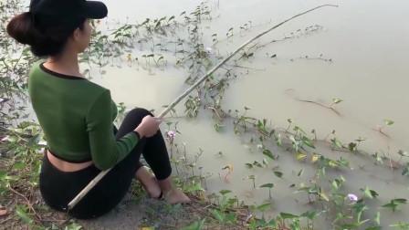 美女野外钓鲶鱼,钓到大货直接拽