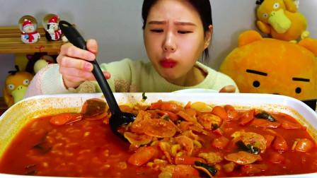 国外美女吃播:韩国香肠炖麻辣面条
