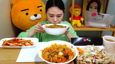 美食吃播韩国大胃王,美女试吃辛拉面和酱菜,