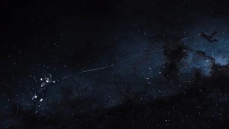 星爵掉进太空中,美女立马跳过去拉他,不料飞