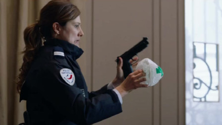 美女只是想擦下枪,不料竟走火了,吓众人一跳