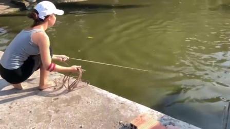 钓鱼:美女撒网真太帅气了,收获还不少呢