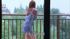 灰姑娘在阳台看风景,一席长裙可爱迷人太妩媚
