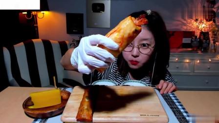 吃播:韩国美女吃货试吃釜山鱼饼串,配上秘制