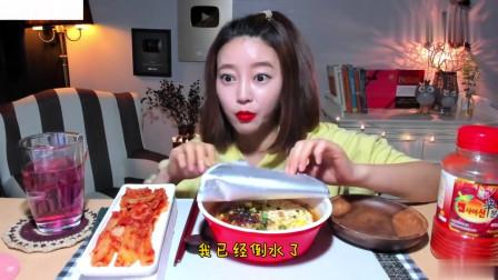 吃播:韩国美女吃货试吃韩式泡面,配上秘制辣