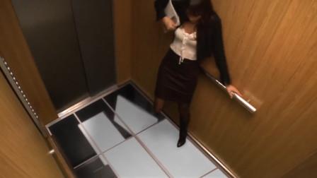 搞笑视频:外国小伙买了9台电视机装在电梯,整