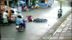 灵异事件:短裙美女打伞骑电动车,突然监控拍