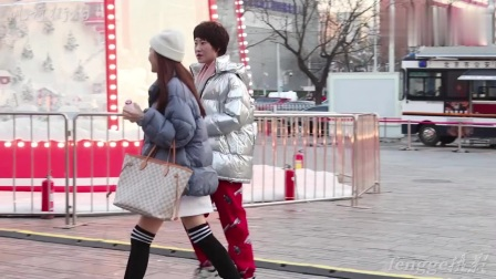 三里屯街拍:矮个子女生穿搭巧妙,提升腰线突