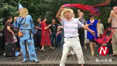 杭州西湖劲歌热舞,有的游客说喜欢,有的游客