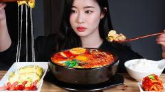 韩国美女吃芝士卷+韩国嫩豆腐,一口接着一口吃