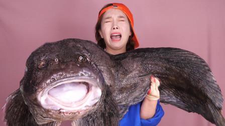 韩国美女挑战吃35斤重的巨型怪鱼,抱起来有点害