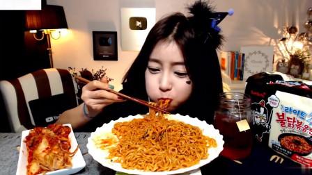 吃播:韩国美女吃货试吃微辣火鸡面,就着辣白