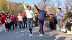 70岁大爷和美女组合跳鬼步舞《酒醉的蝴蝶》动感