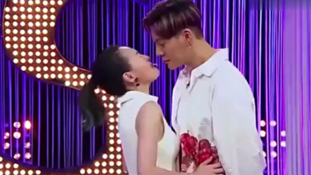 综艺:陈伟霆和小S吃面条亲密接触,连开放的小