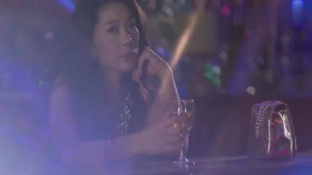 男子在酒吧喝酒,美女自送家门!