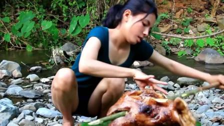 美女野外烹饪烧烤猪头,大口吃肉太过瘾了