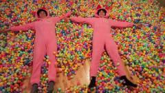 外国熊孩子恶搞,用100000个彩蛋铺满房间,爸妈