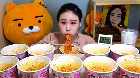 韩国美女极限挑战:10桶爆辣火鸡面,大口咀嚼真