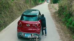 美女的车刹车坏了,车一路往坡下滑,徐峥却还