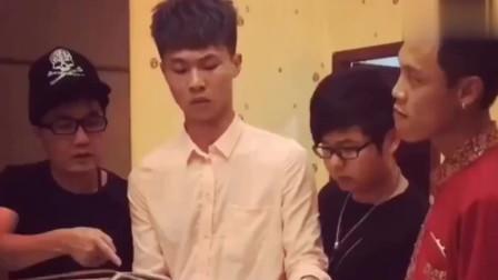 广西老表搞笑视频:许华升让服务员拿酒来,广