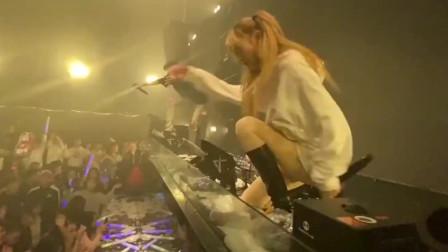 后半夜酒吧的美女DJ情绪高涨,站打碟机上面摇了