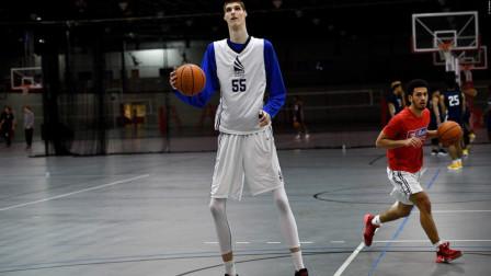 他视姚明为偶像,身高达到了2米31,网友:N*A不会要他的!