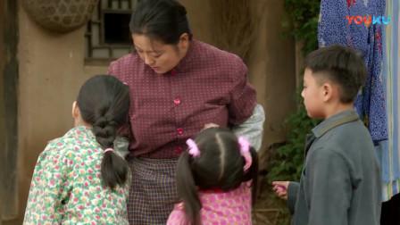 农村娃娃捡到糖 首先想到的就是家人 知道奶奶喝中药苦就给奶奶
