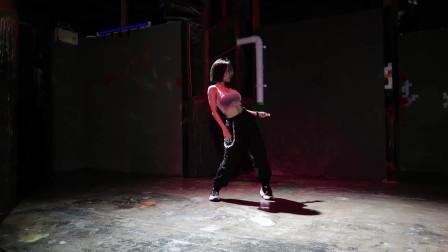 气质短发美女热舞