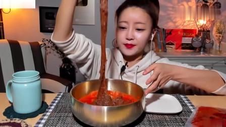 吃播:韩国美女吃货试吃松菊辣冷面,加了满满