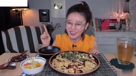 吃播:韩国美女吃货试吃蒜油意大利面,吃起来