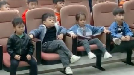 搞笑视频:小朋友 从你这个坐姿来看 家里有矿吧