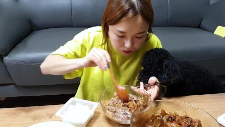 韩国美女吃播,吃鸡肉炖宽粉,煎蛋,泡菜配杂