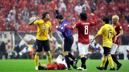 忍不住!国足球员被日本人拽头发拖行两米远,起身后下个动作获赞!