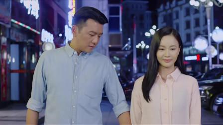 帅哥美女走在路上,帅哥突然牵起美女的手,还想跟她自拍