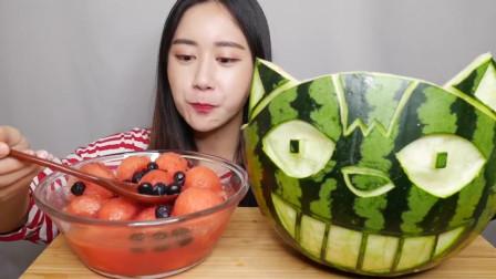 美食吃播大胃王,韩国美女吃西瓜,西瓜皮还整