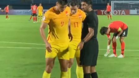 中国足球正在崛起!张玉宁趾骨骨裂,本想硬撑,最后担架抬下场