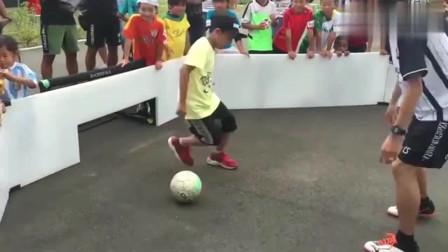 国足的希望?10岁足球小将1V1日本职业球员,多次抢断对方